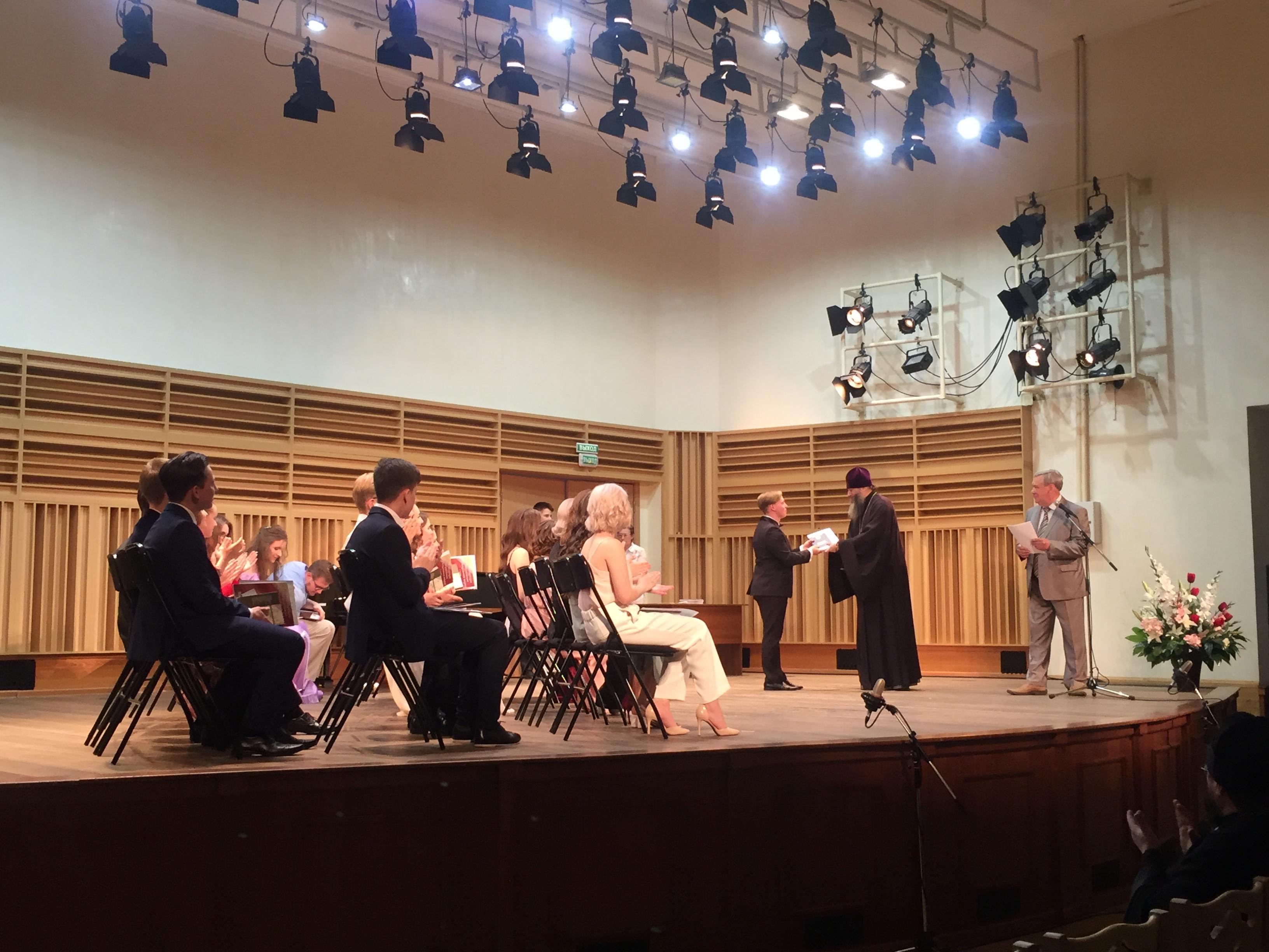 Митрополит Никодим вручил дипломы выпускникам Новосибирской специальной музыкальной школы