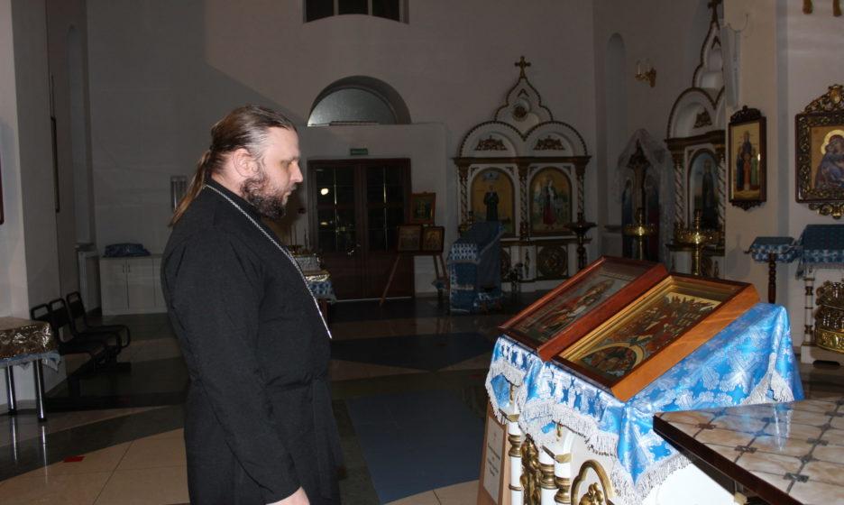 v-hrame-v-chast-ikony-bozhej-materi-kazanskoj-936x560.jpg